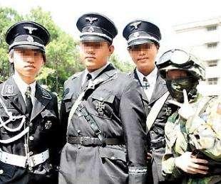 捶醒穿日军制服、行纳粹礼的无知